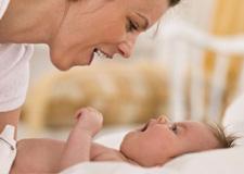 تطور الطفل خلال الشهر الثاني بعد الولادة