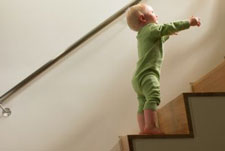 النمو والتطور خلال السنة الاولى والثانية من عمر الطفل